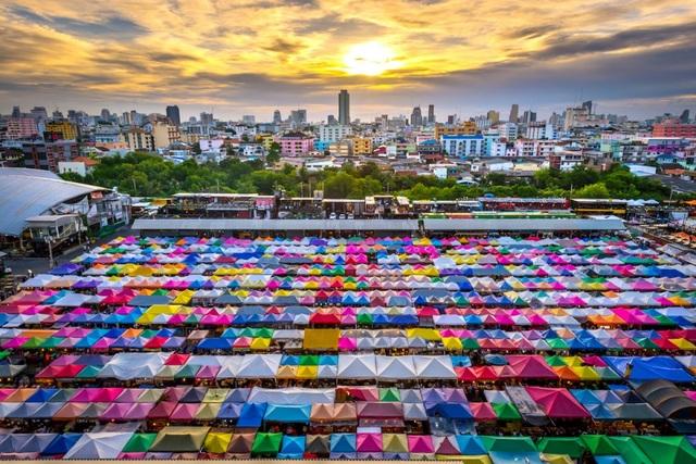 Bangkok cũng tự hào với những khu chợ đêm đầy sắc màu như Ratchada, được chia thành nhiều khu vực bao gồm ẩm thực, mua sắm, khu vui chơi giải trí.