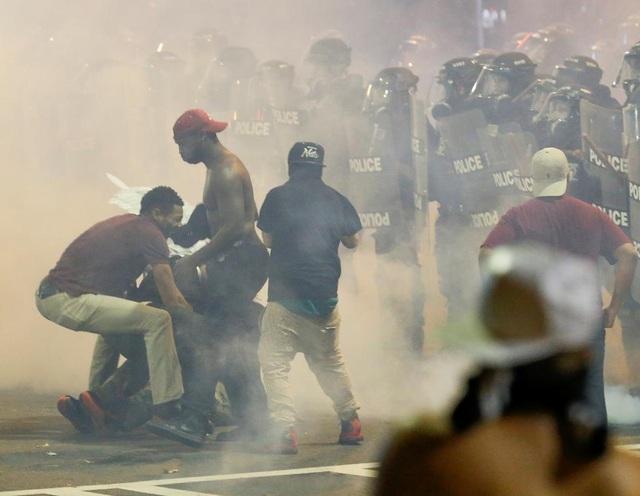 Các cuộc biểu tình vẫn tiếp diễn nhằm phản đối vụ cảnh sát bắn người da màu tại Charlotte, bang North Carolina. (Ảnh: Reuters)