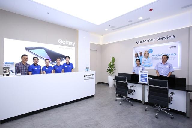 Ngoài khu vực trưng bày và trải nghiệm sản phẩm, SES Metropolitan còn tích hợp trung tâm bảo hành chất lượng cao với đội ngũ kỹ thuật viên được đào tạo bài bản nhằm phục vụ người dùng một cách chu đáo và nhanh chóng nhất. Có thể nói, đây là trung tâm bảo hành đầu tiên có mặt tại một cửa hàng của Samsung. Chi tiết đặc biệt này được xem như một điểm cộng lớn của Samsung trong mắt người tiêu dùng.