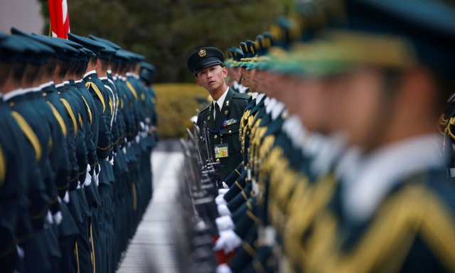 Đội vệ binh của Lực lượng phòng vệ Nhật Bản chuẩn bị cho lễ đón tiếp Bộ trưởng Quốc phòng Mỹ Ash Carter tại thủ đô Tokyo. (Ảnh: Reuters)