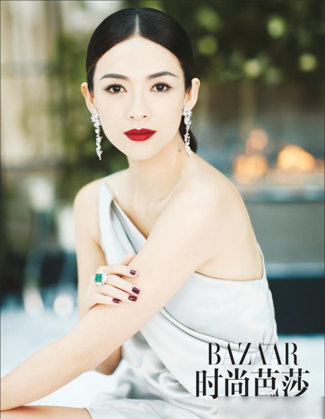 Chương Tử Di khoe làn da trắng mịn và gương mặt thanh tú trên tạp chí Harpers Bazaar, số tháng 11/2016.