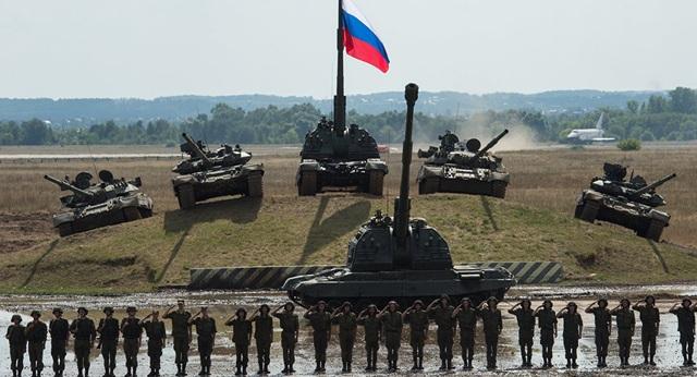 Binh sĩ và các phương tiện quân sự của Nga trong cuộc diễn tập năm 2014 (Ảnh: Sputnik)