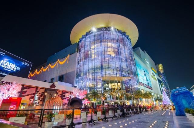 Trung tâm mua sắm Siam Paragon sang trọng lộng lẫy với các cửa hàng thương hiệu lớn thế giới, hút khách mua sắm vào dịp giảm giá đặc biệt. Hệ thống cửa hàng ăn uống tại đây cũng rất hấp dẫn, với mức giá vừa phải, không chênh nhiều so với bên ngoài.