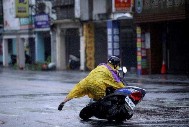 Bão Megi quật đổ người đi đường tại Hualien, phía tây Đài Loan. (Ảnh: Reuters)