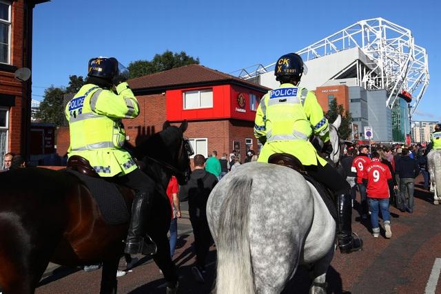 Hai cảnh sát cưỡi ngựa làm nhiệm vụ bên ngoài Old Trafford trước giờ bóng lăn
