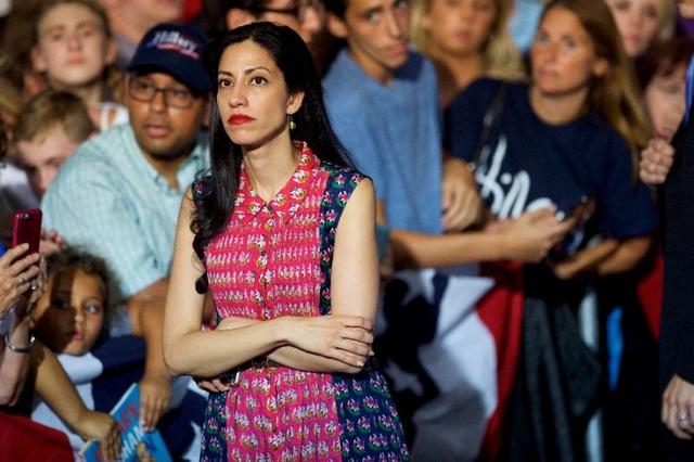 Huma Abedin, 40 tuổi, hiện là phó chủ tịch chiến dịch tranh cử của bà Clinton. Abedin làm việc cho bà Clinton từ khi thực tập tại Nhà Trắng năm 1996. Abedin thân thiết với cựu Ngoại trưởng Mỹ tới nỗi cô còn được ví như con gái thứ 2 của bà. (Ảnh: AFP)