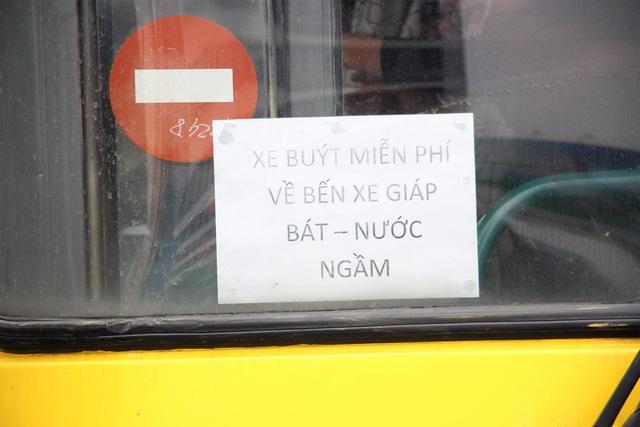 Xe buýt phục vụ miễn phí người dân di chuyển từ bến xe Mỹ Đình về bến Nước Ngầm, Giáp Bát.