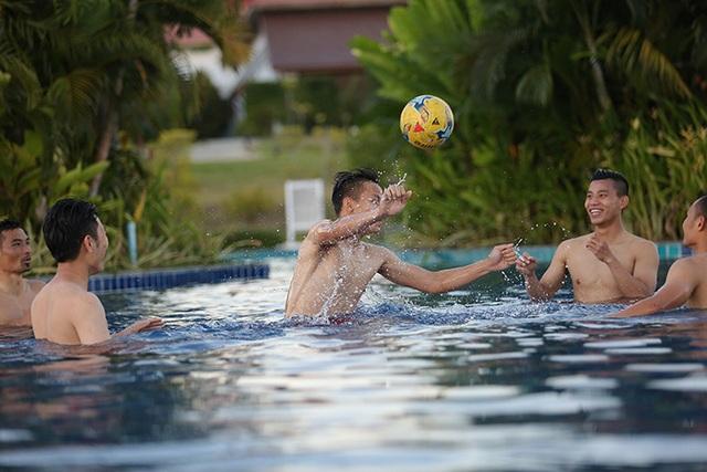 Các tuyển thủ đội tuyển Việt Nam nô đùa dưới bể bơi - 8