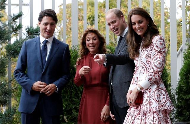 Vợ chồng Thủ tướng Canada Justin Trudeau và vợ chồng Hoàng tử Anh William đứng quan sát những đứa trẻ vui chơi trong chuyến thăm một tổ chức dành cho người nhập cư tại Vancouver, tỉnh British Columbia. (Ảnh: Reuters)