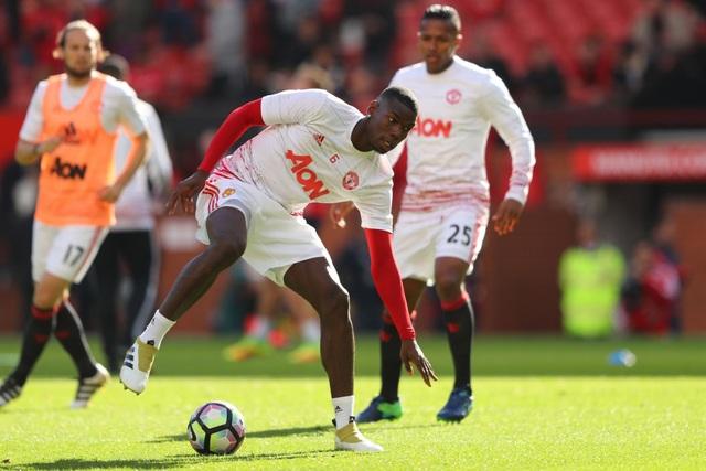 Pogba và các đồng đội khởi động trước khi bắt đầu trận đấu