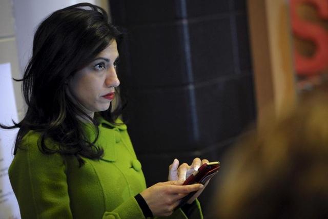 Abedin bắt đầu làm việc cho bà Clinton từ năm 1996 khi còn là sinh viên Đại học George Washington và thực tập tại Nhà Trắng.