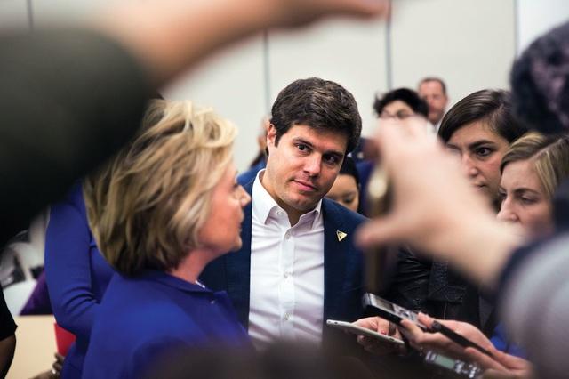 Nick Merrill (giữa), 32 tuổi, là phát ngôn viên chiến dịch tranh cử của bà Clinton. Merrill là một gương mặt mới trong nhóm trợ lý thân cận của bà Clinton nhưng nhanh chóng giành được sự tin tưởng của bà chỉ trong một thời gian ngắn. Merrill là người thường xuyên tháp tùng bà trong hầu hết các sự kiện công chúng và cũng từng làm việc trong chiến dịch tranh cử tổng thống năm 2008 của bà Clinton. (Ảnh: Politico)