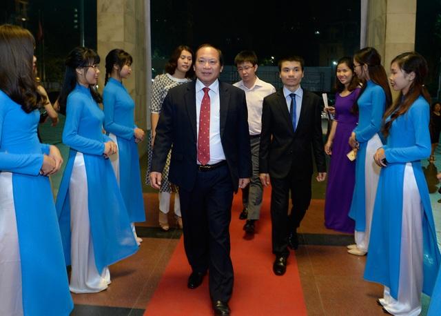 TS. Trương Minh Tuấn - Ủy viên Trung ương Đảng, Bộ trưởng Bộ Thông tin và Truyền thông - tiến vào hội trường.