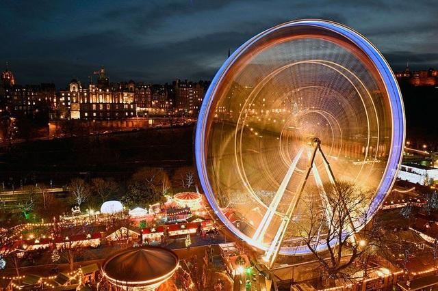 Vòng đu quay khổng lồ tại chợ Giáng sinh ở Edinburgh, Scotland. (Ảnh: Getty)