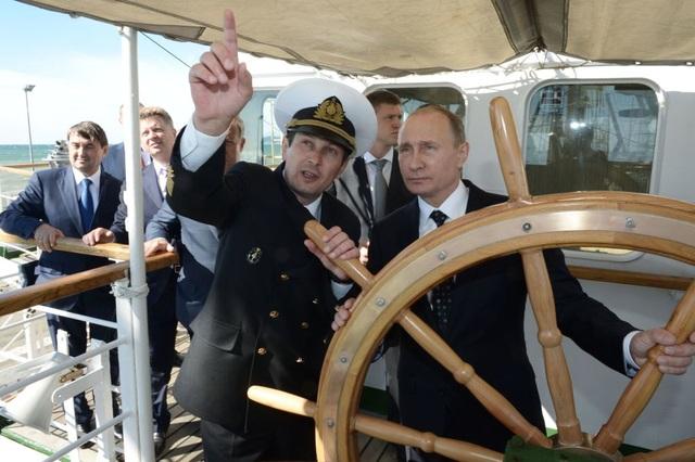 Tổng thống Nga Vladimir Putin lên thăm một con tàu ở Sochi. (Ảnh: Sputnik)