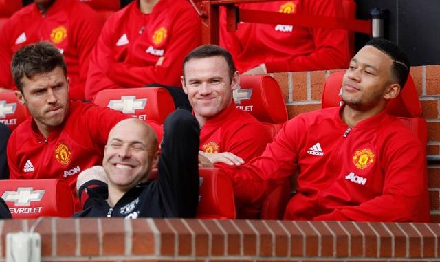 Rooney (giữa) dần an phận trên băng ghế dự bị, anh ngồi cạnh Carrick và Depay