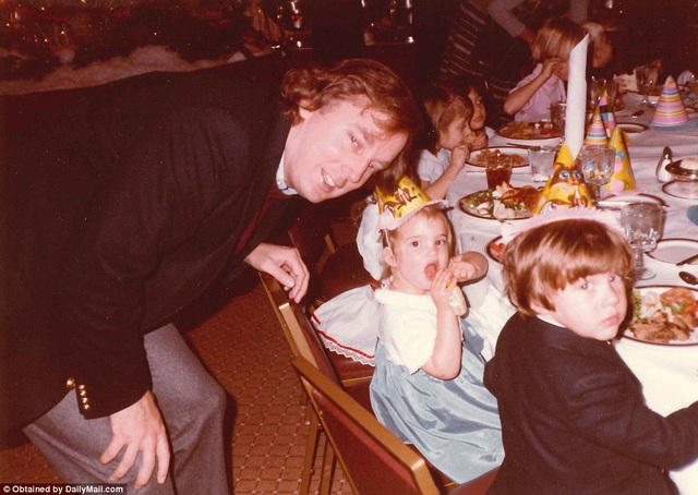 Ông bố Donald Trump chụp cùng các con trong một bữa tiệc.