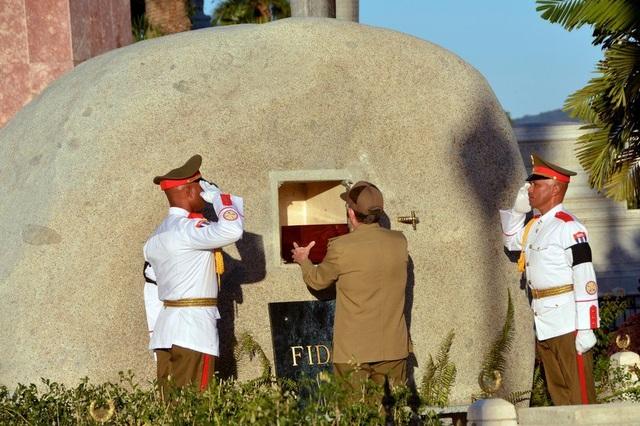 Tro cốt của lãnh tụ Cuba Fidel Castro được đặt trong ngôi mộ bằng đá tại nơi an nghỉ cuối cùng ở nghĩa trang Santa Ifigenia ở thành phố Santiago hôm 4/12, chín ngày sau khi cựu lãnh đạo Cuba từ trần ở tuổi 90. (Ảnh: AP)