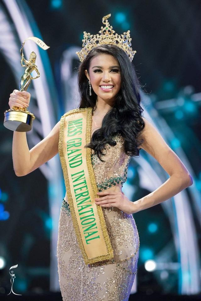 Đăng quang ngôi vị hoa hậu hòa bình thế giới 2016, người đẹp sẽ sống tại một căn hộ đắt tiền, sang trọng tại Thái Lan và tham gia các hoạt động xã hội ý nghĩa do tổ chức Hoa hậu hòa bình thế giới 2016 sắp xếp.