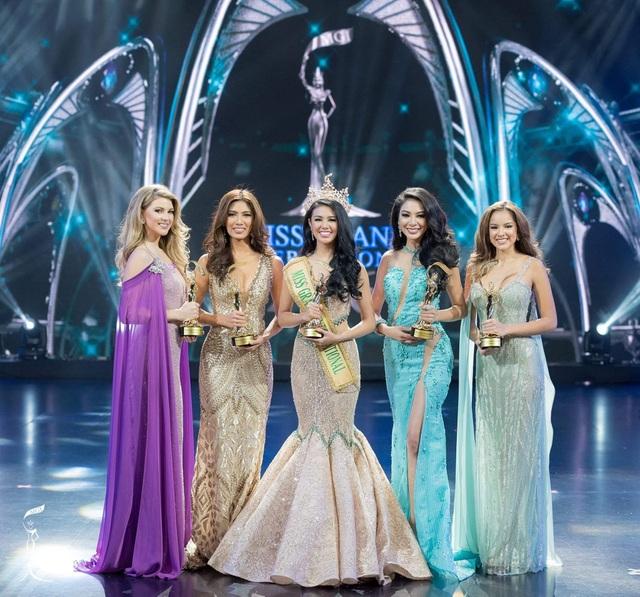 Hoa hậu Ariska (giữa) khoe nhan sắc rạng ngời bên bốn á hậu của cuộc thi.