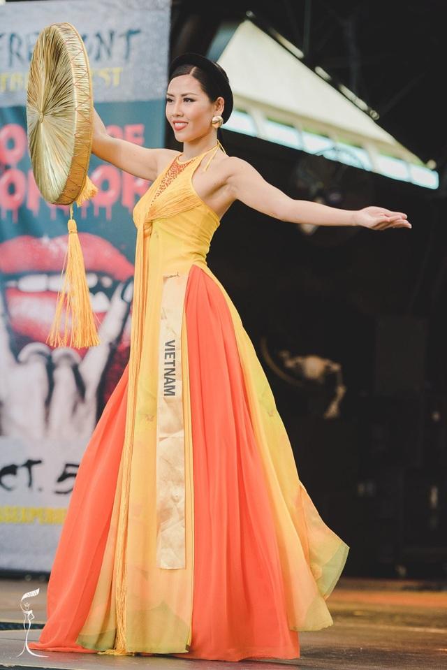Nguyễn Thị Loan trong đêm thi trang phục dân tộc ngày 16/10 của cuộc thi Hoa hậu hòa bình thế giới 2016.