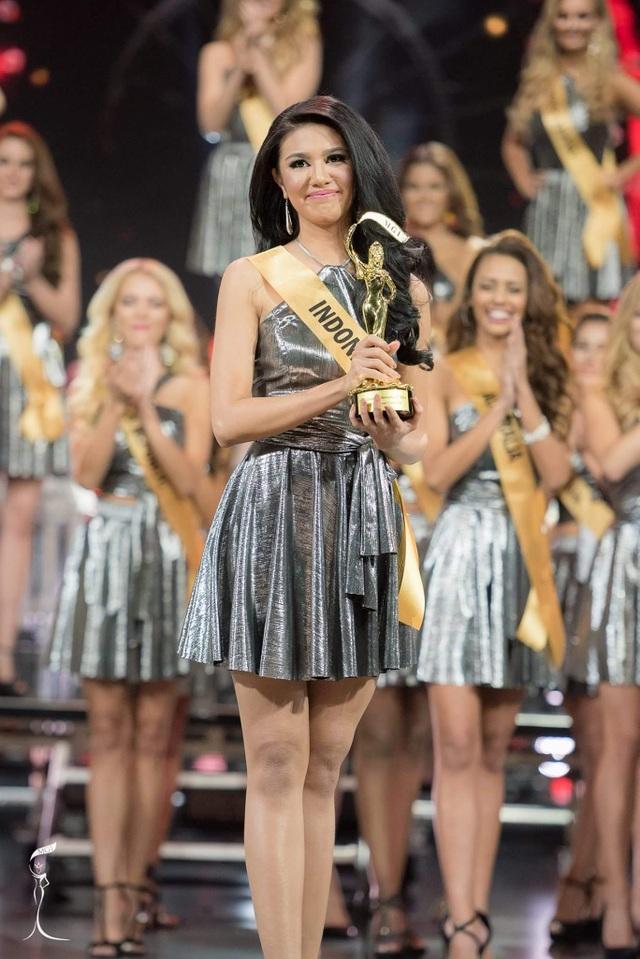 Ngoài vương miện hoa hậu, Ariska giành giải hoa hậu trình diễn trang phục dân tộc đẹp nhất.