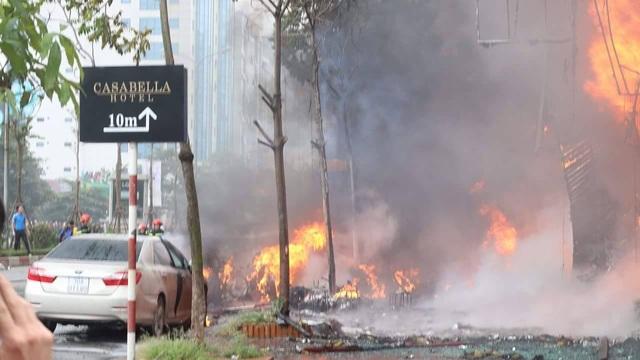 Khói lửa vô cùng dữ dội vào thời điểm hơn 14h. Đến khoảng hơn 15h, lửa đã giảm nhưng khói vẫn bốc ra ngùn ngụt. (Ảnh: Thanh Thúy)