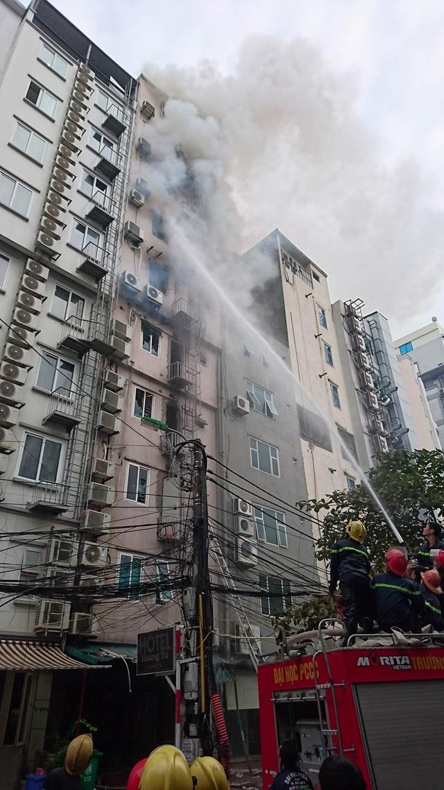 Tích cực chữa cháy từ phía sau ngôi nhà.