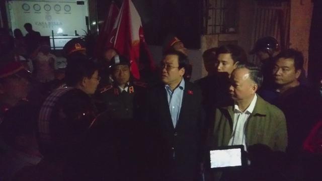 Chiều tối qua, Bí thư Hoàng Trung Hải cùng Giám đốc CA TP Hà Nội đã trực tiếp có mặt tại hiện trường, chỉ đạo công tác chữa cháy và cứu hộ cứu nạn. (Ảnh: Nguyễn Dương)
