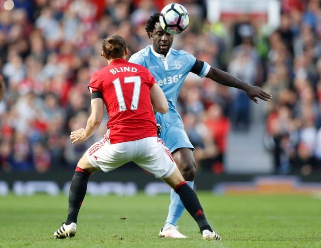 Blind đối mặt với Bony, tiền đạo người Bờ Biển Ngà vẫn chưa lấy lại được phong độ thi đấu tốt dù anh đã được ra sân nhiều hơn hẳn so với thời thi đấu cho Man City