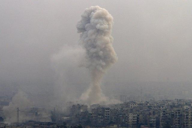 Khói đen bốc lên sau một vụ tấn công tại thành phố Aleppo, Syria. (Ảnh: Reuters)