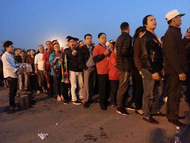 Cổ đông viên xếp hàng chờ vào sân lúc 18h tối