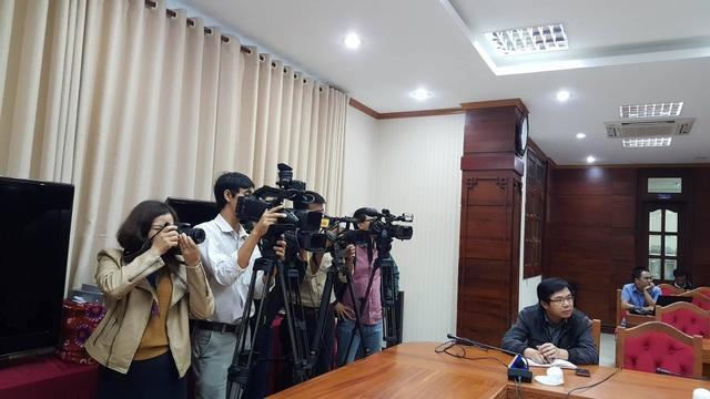 Phóng viên các báo, đài tác nghiệp tại cuộc họp báo.