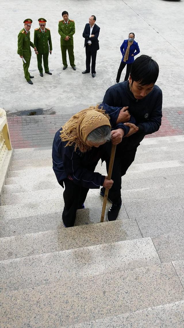 Mẹ bị cáo Dũng tuổi cao, lưng còng, tóc bạc, chống gậy đến dự phiên tòa xử người con tội lỗi.