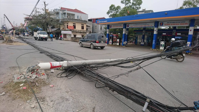 """Hà Nội: Hàng loạt cột điện bị """"hạ gục"""", giao thông ùn tắc kéo dài - 1"""