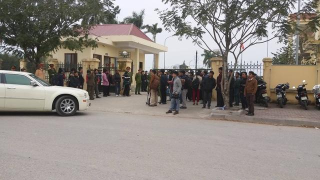 Hàng trăm người là người thân các nạn nhân và người dân đã đến từ sáng sớm, chờ được vào tham dự phiên tòa.