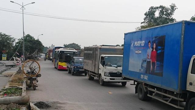 """Hà Nội: Hàng loạt cột điện bị """"hạ gục"""", giao thông ùn tắc kéo dài - 4"""