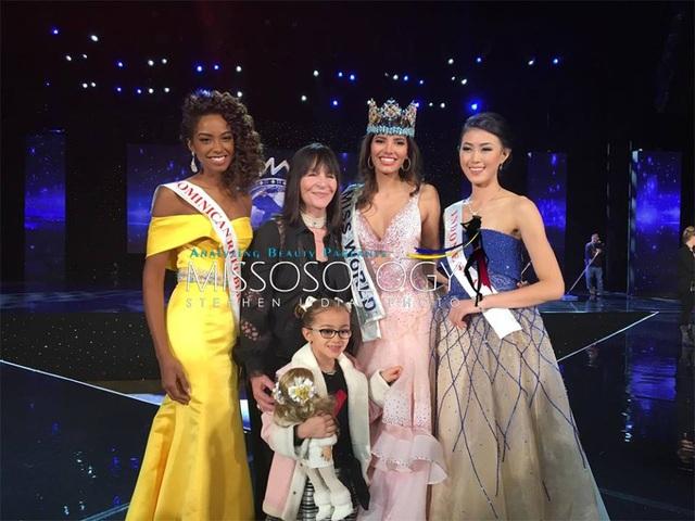 Tân hoa hậu cùng hai á hậu chụp ảnh cùng bà chủ tịch của tổ chức Hoa hậu Thế giới sau đêm chung kết.