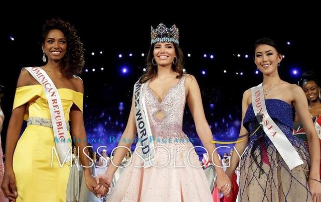 Hoa hậu Stephanie del Valle Díaz cùng Á hậu 1 và Á hậu 2 của cuộc thi ra chào khán giả.