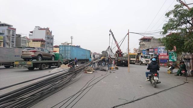 """Hà Nội: Hàng loạt cột điện bị """"hạ gục"""", giao thông ùn tắc kéo dài - 5"""