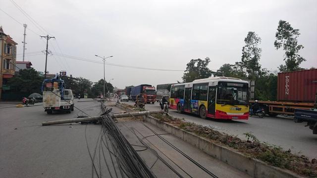 """Hà Nội: Hàng loạt cột điện bị """"hạ gục"""", giao thông ùn tắc kéo dài - 6"""