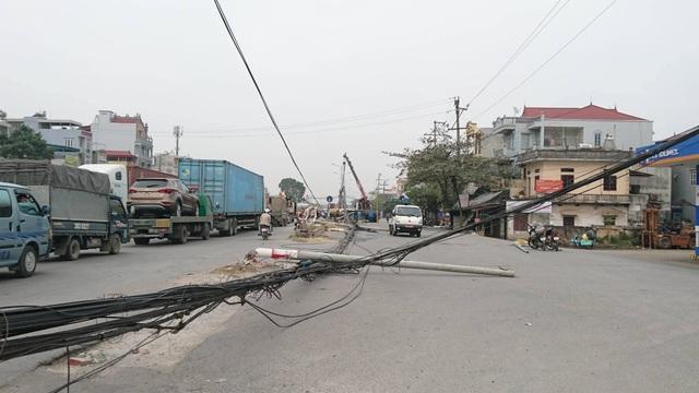 """Hà Nội: Hàng loạt cột điện bị """"hạ gục"""", giao thông ùn tắc kéo dài - 7"""