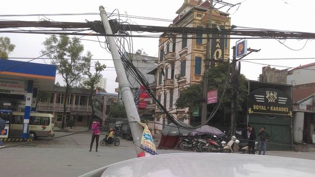 """Hà Nội: Hàng loạt cột điện bị """"hạ gục"""", giao thông ùn tắc kéo dài - 8"""