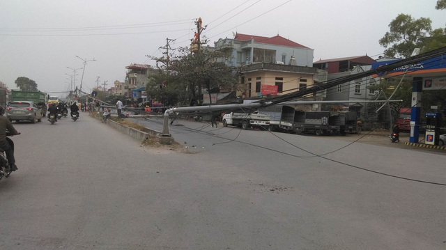 """Hà Nội: Hàng loạt cột điện bị """"hạ gục"""", giao thông ùn tắc kéo dài - 9"""