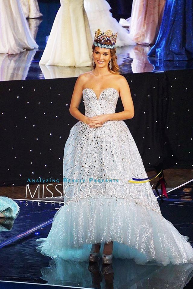 Hoa hậu Thế giới 2015 - Mireia Lalaguna ra chào khán giả trước khi công bố kết quả của đêm chung kết Hoa hậu Thế giới 2016.