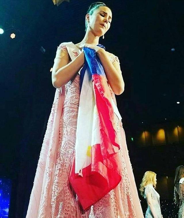 Hoa hậu Philippines buồn bã ôm quốc kỳ sau đêm chung kết Hoa hậu Thế giới 2016.