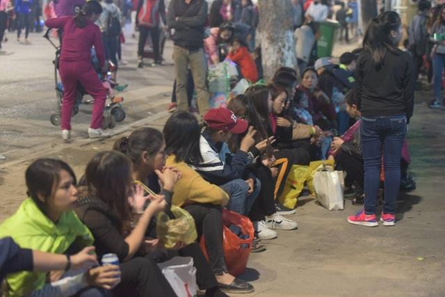 Rất đông bạn trẻ tập trung bên bờ hồ Gươm chờ thời khắc chuyển giao năm cũ - năm mới.