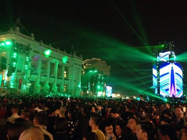 22h, khu vực diễn ra chương trình ca nhạc đếm ngược chào năm mới đã quá tải người. (Ảnh Quý Đoàn)