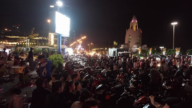 Người dân Nha Trang đổ ra đường vui đón Giao thừa Tết dương lịch.