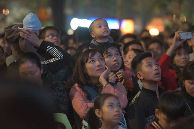 Do lượng người quá đông, hàng nghìn người phải đứng từ xa xem chương trình ca nhạc qua các màn hình Led được lắp quanh khu vực Hàm cá mập. (Ảnh: Mạnh Thắng)